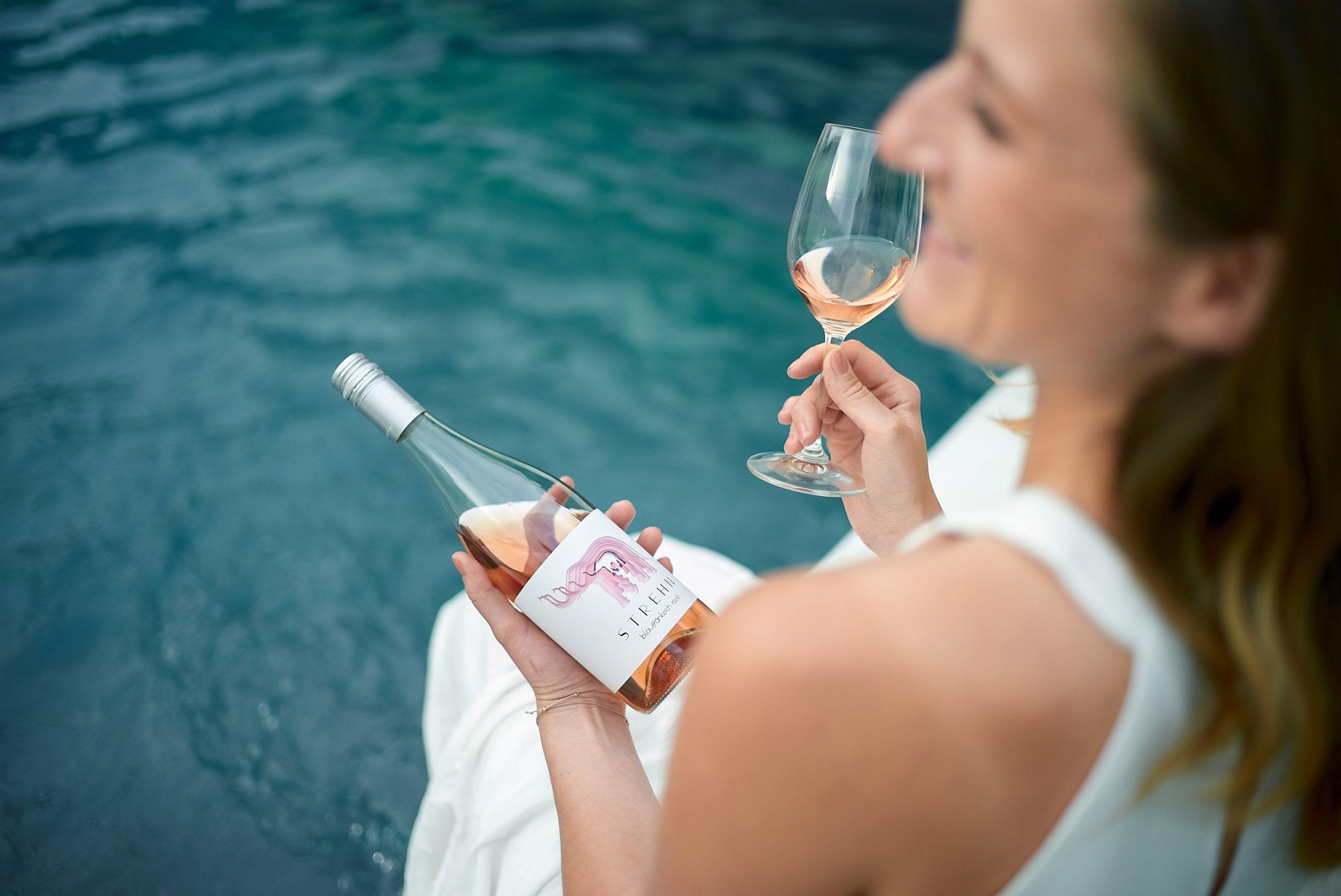 Flasche Rose-Wein_Erfrischung am Pool