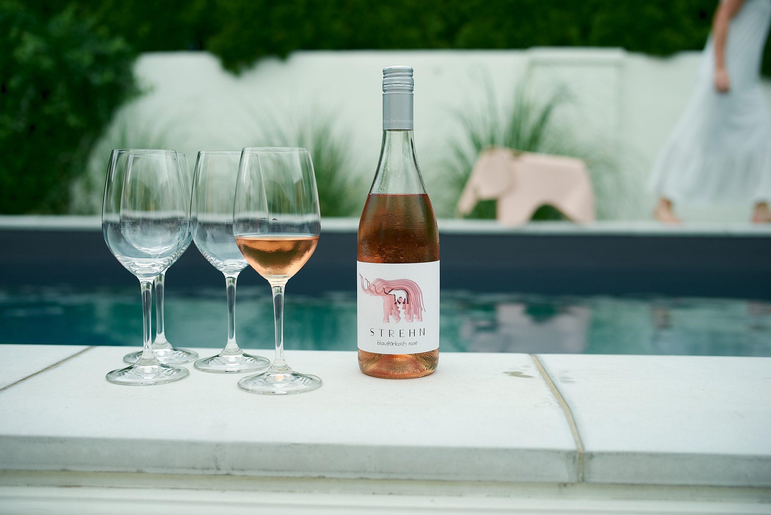 Weingut Strehn, Flasche Rose vor dem Pool